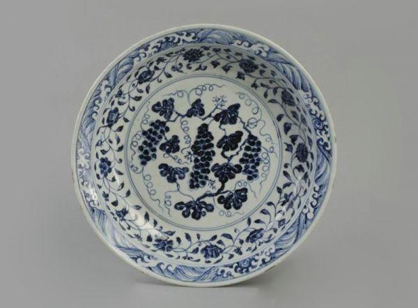 明代 · 青花葡萄纹折沿盘(安徽博物院)