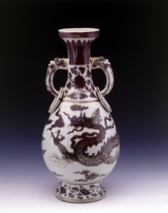元代 · 景德镇窑釉里红云龙纹环耳瓶(上海博物馆)