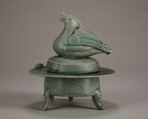 宋代 · 高丽青釉鸳鸯钮三足带盖熏炉(重庆中国三峡博物馆)