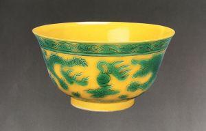 清代 · 黄釉绿彩寿字碗(营口市博物馆)