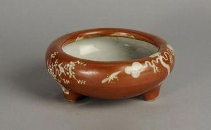 明代 · 酱釉白花三足炉(安徽博物院)