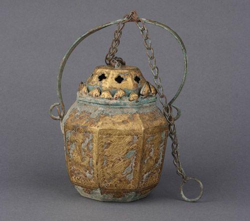 辽代 · 鎏金花鸟纹八棱提梁铜熏炉(河北博物院)