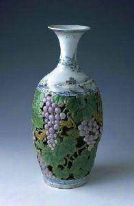 清代 · 釉下五彩镂空葡萄纹瓷瓶(湖南省博物馆)
