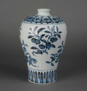 明代 · 青花折枝三果纹梅瓶(河北博物院)