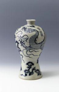 """明代 · 景德镇窑青花云龙纹""""春寿""""瓶(南京博物院)"""