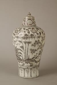 明代 · 洪武釉里红三友带盖瓷梅瓶(南京博物院)