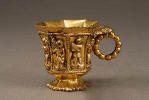 唐代 · 伎乐纹八棱金杯(陕西历史博物馆)