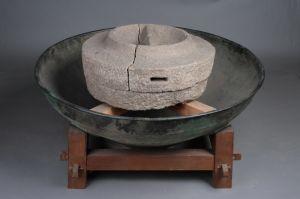 西汉 · 石磨及铜漏斗形器(河北博物院)