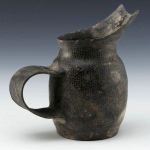 新石器 · 细刻纹阔把陶壶(上海博物馆)