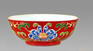 清代 · 紫地珐琅彩牡丹纹碗(南京博物院)