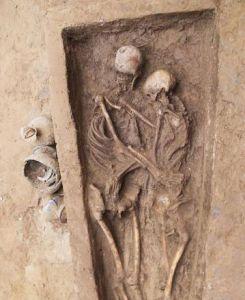 """考古学家发现北魏时期最完整的""""拥抱葬"""""""
