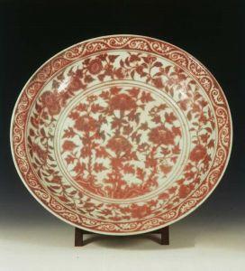 明代 · 景德镇窑釉里红寿石花卉纹大瓷盘(南京博物院)