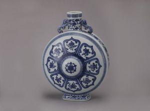 清代 · 青花八宝纹抱月瓶(云南省博物馆)