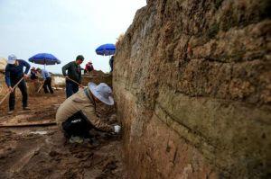 湖北:襄阳凤凰咀遗址发掘出一段古城墙和护城河