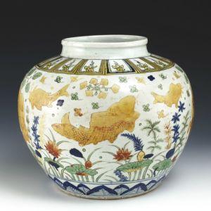 明代·  嘉靖景德镇窑五彩鱼藻纹罐(上海博物馆)