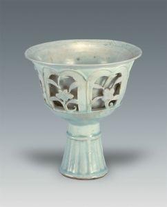 元代 · 青白釉镂空折枝花高足杯(扬州博物馆)
