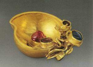 明代 · 嵌宝石桃形金杯(首都博物馆)