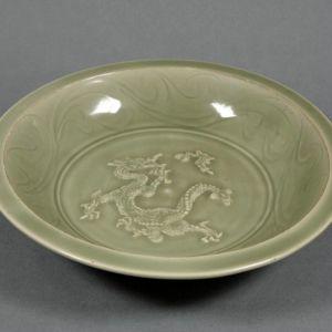 元代 · 泉窑青釉贴花云龙纹盘(上海博物馆)