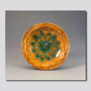 辽代 · 黄釉绿彩刻花莲菊纹盘(首都博物馆)