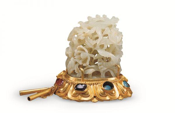 明代 · 金镶宝石白玉镂空云龙纹帽顶(湖北省博物馆)