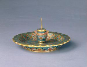 明代 · 掐丝珐琅花卉纹菊瓣式烛台(故宫博物院)