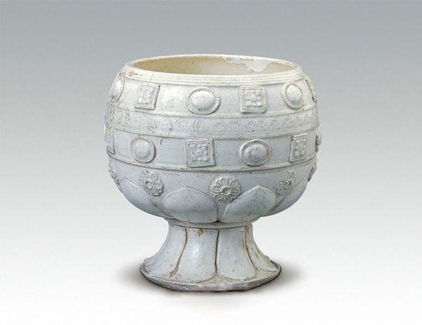 唐代 · 白瓷堆花高足钵(陕西历史博物馆)