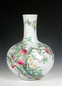清代 ·  乾隆粉彩九桃图瓶(景德镇中国陶瓷博物馆)