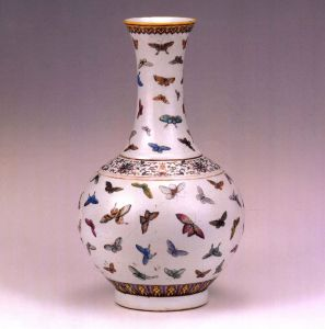 清代 · 粉彩百蝶赏瓶(宁夏博物馆)