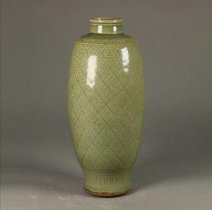 明代 · 龙泉窑青釉刻划花瓶(深圳博物馆)