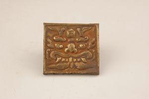 五代 · 银质鎏金虎头饰牌(吴中博物馆)