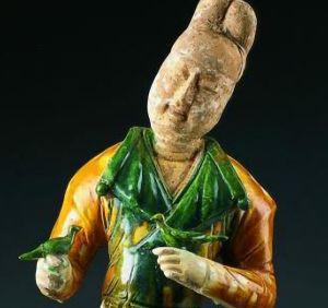 唐代 · 三彩调鸟男立俑(西安大唐西市博物馆)