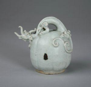 元代 · 影青釉瓜形铁锈花龙柄提梁壶(重庆中国三峡博物馆)